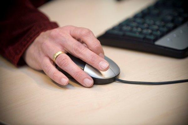 Hand met computermuis